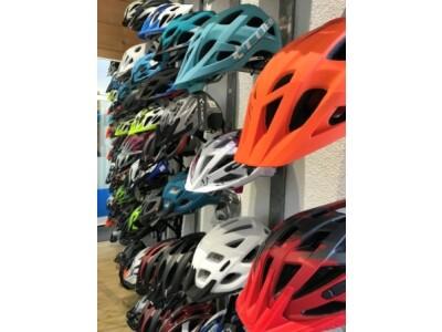 Große Auswahl an Fahrradbekleidung und Helmen