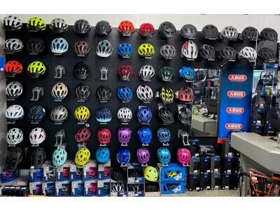 Große Auswahl E- Bikes fahrbereit zum mitnehmen
