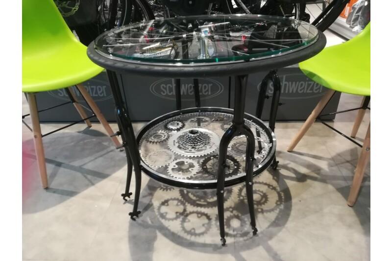 Unser selbstentworfener Tisch in unserer Sitzecke in der Fahrradabteilung